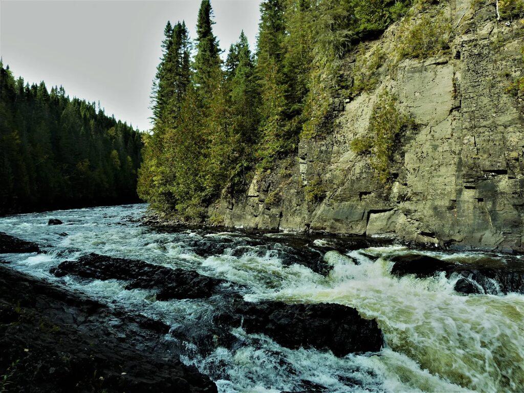 L'auberge et le camping du Lac Malcom sont situés à Sayabec en Gaspésie - photo pour page reservation chambre - chute a philimene