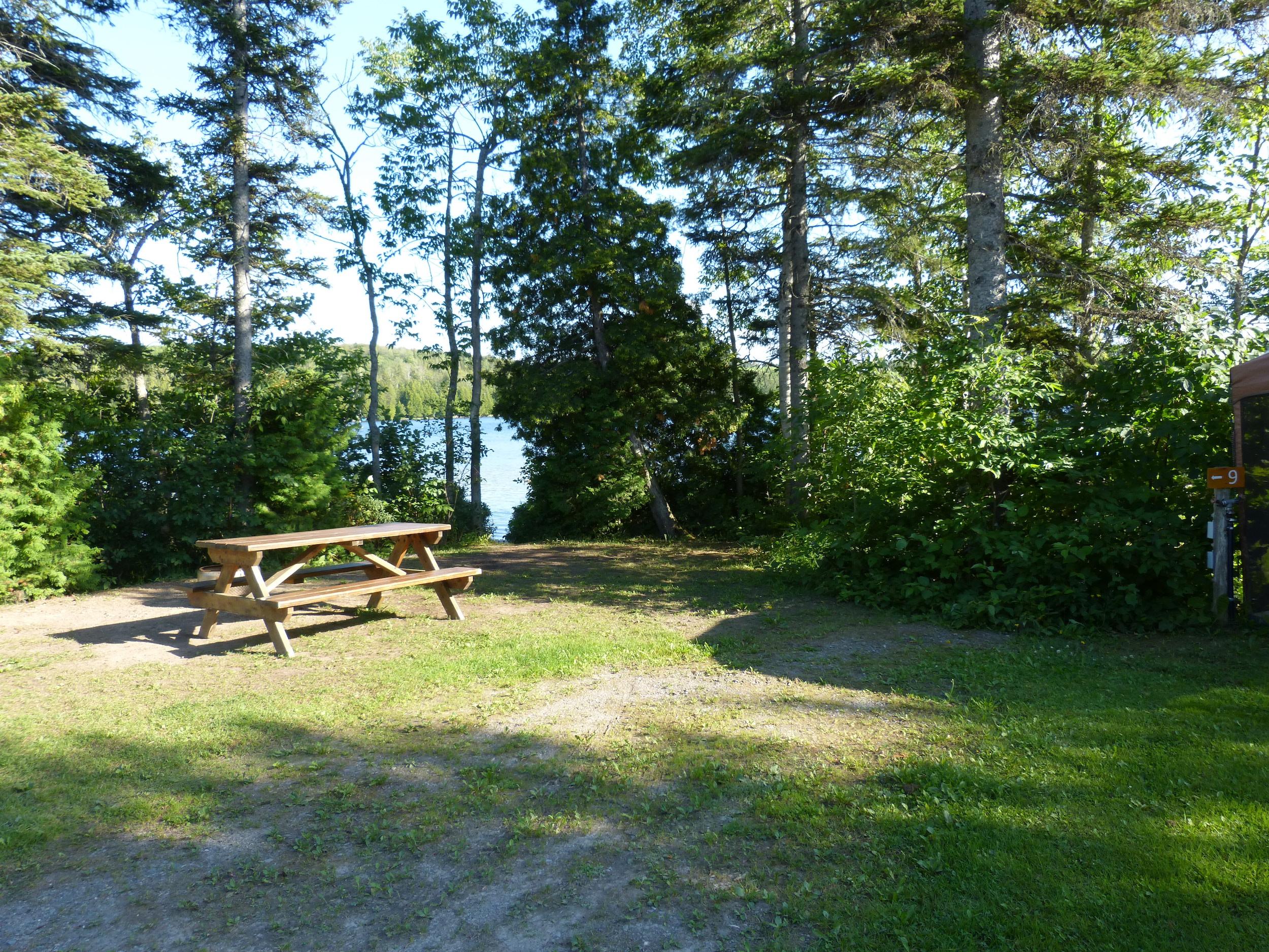 L'auberge et le camping du Lac Malcom sont situés à Sayabec en Gaspésie - photo pour page reservation chambre